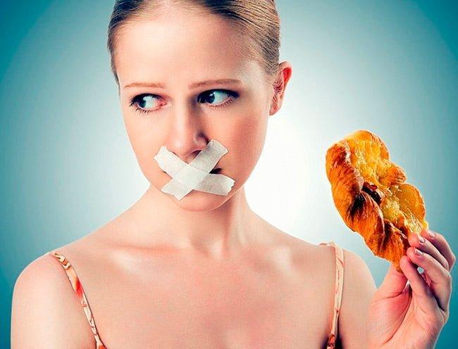Девушка отказывается от жирной пищи